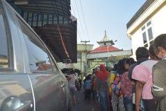 Migliaia di residenti allineati per carne sacrificale Immagini Stock Libere da Diritti