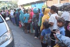 Migliaia di residenti allineati per carne sacrificale Fotografie Stock