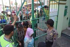 Migliaia di residenti allineati per carne sacrificale Immagine Stock Libera da Diritti