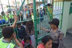 Migliaia di residenti allineati per carne sacrificale Immagini Stock