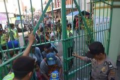 Migliaia di residenti allineati per carne sacrificale Immagine Stock