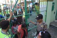 Migliaia di residenti allineati per carne sacrificale Fotografia Stock Libera da Diritti