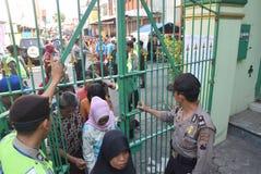 Migliaia di residenti allineati per carne sacrificale Fotografia Stock