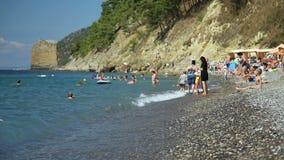 Migliaia imballano la spiaggia di Bondi un giorno di estate caldo archivi video