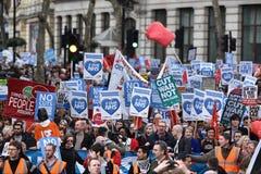 Migliaia marzo a sostegno di NHS fotografie stock
