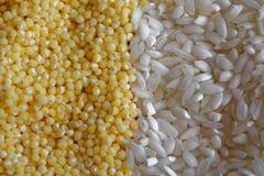 Miglio giallo del grano con riso bianco come struttura o fondo il concetto di nutrizione adeguata e dello stile di vita sano Vist Immagini Stock