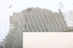 Miglioramento domestico, adesivo della pavimentazione in piastrelle di rinnovamento fotografie stock libere da diritti