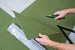 Miglioramento domestico - porre pavimentazione laminata immagini stock libere da diritti