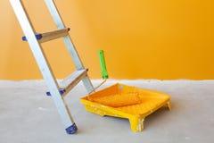 Miglioramento domestico/rullo di vernice e della scaletta Fotografia Stock