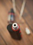 Migliorando il vaporizzatore di e-cig con clapton kanthal arrotoli il gocciolamento fotografia stock