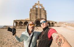 Migliori amici avventurosi che prendono selfie al posto abbandonato in Tenerife immagini stock