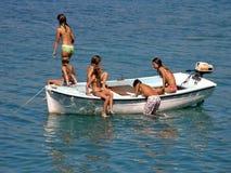 Migliori amici in barca in mare Immagini Stock Libere da Diritti