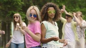 Migliori amici che hanno buon resto, dancing e sorridenti nel parco, feste fresche stock footage