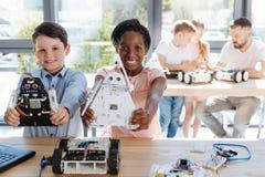 Migliori amici che mostrano i loro modelli del robot Fotografia Stock