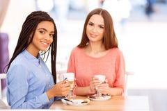 Migliori amici che parlano nel caffè Fotografie Stock