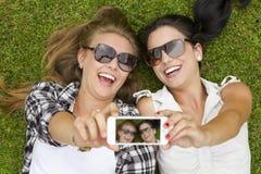 Migliori amici che prendono i selfies Immagini Stock
