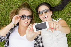 Migliori amici che prendono i selfies Immagini Stock Libere da Diritti