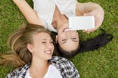 Migliori amici che prendono i selfies Immagine Stock