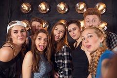 Migliori amici che prendono selfie all'aperto con il backlighting - concetto felice di amicizia con i giovani divertendosi insiem fotografie stock