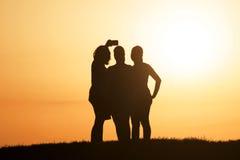 Migliori amici che prendono selfie durante il tramonto Fotografia Stock