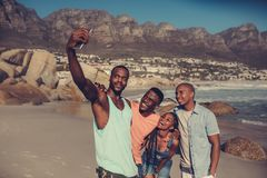 Migliori amici che prendono un selfie sulla spiaggia Immagine Stock