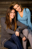Migliori amici che si siedono sui punti Fotografie Stock Libere da Diritti