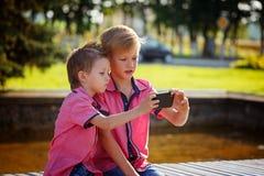 Migliori amici Due ragazzini svegli che fanno selfie e che fanno funn Fotografie Stock Libere da Diritti