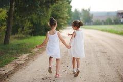 Migliori amici felici che giocano nel parco di estate fotografie stock