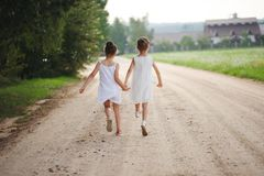 Migliori amici felici che giocano nel parco di estate immagini stock