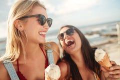 Migliori amici insieme all'aperto con il gelato Fotografia Stock Libera da Diritti
