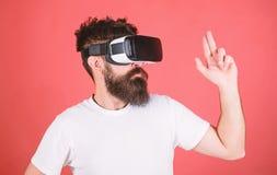 Migliori tiratori per VR Manifestazioni dello sparatutto in prima persona come VR inducente al vizio potrebbe essere Gesto di man fotografia stock libera da diritti