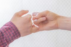Mignoli del gancio della mano di due persone insieme e giurare amicizia f fotografia stock
