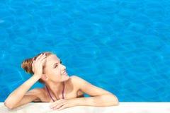 Mignon dans la piscine avec l'espace de copie Photos stock