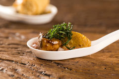 Mignon del cerdo con canjiquinha cremoso y vinagreta en una cuchara Imagenes de archivo