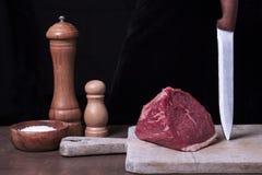 Mignon e temperos marmoreados frescos crus de faixa do bife da carne no fundo preto Ingredientes para cozinhar a carne saudável foto de stock