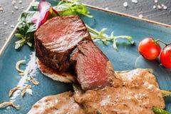Mignon moyen juteux de filets de boeuf avec l'asperge et la sauce aux champignons sur sur le fond en pierre fonc? Parabolo?des ch image stock