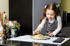 Mignon peu cuisinier Image stock