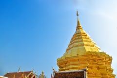 Migocząca Złocista pagoda Wat Phra Ten Doi Suthep Obraz Royalty Free