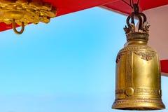 Migotliwy Złoty dzwon w świątyni fotografia royalty free