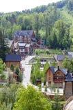 Migovo度假村的建筑学在喀尔巴阡山脉,乌克兰 生态旅游业的概念 库存图片