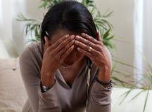 Migrain de la mujer foto de archivo