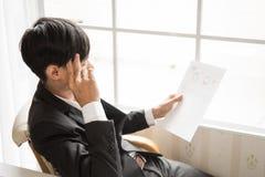 Migrainehoofdpijnen tijdens het harde werk royalty-vrije stock afbeelding