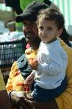 Migrantbarn och fader Arkivfoton