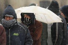Migranten in Belgrad während des Winters stockbild