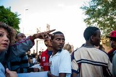 Migranten maart die in Rome om gastvrijheid voor vluchtelingen vragen stock foto