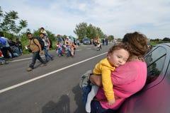 Migranten van Midden-Oosten die bij Hongaarse grens wachten royalty-vrije stock fotografie