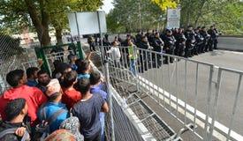 Migranten van Midden-Oosten die bij Hongaarse grens wachten stock afbeelding