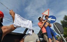 Migranten vom Mittlere Osten, der an der ungarischen Grenze wartet Lizenzfreie Stockfotos