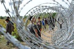 Migranten vom Mittlere Osten, der an der ungarischen Grenze wartet Lizenzfreies Stockfoto