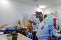 Migranten von Afrika, von Asien und vom Mittlere Osten lernen Deutsch in der Klasse der internationalen Schule Inlingua in Halle  stockfotografie
